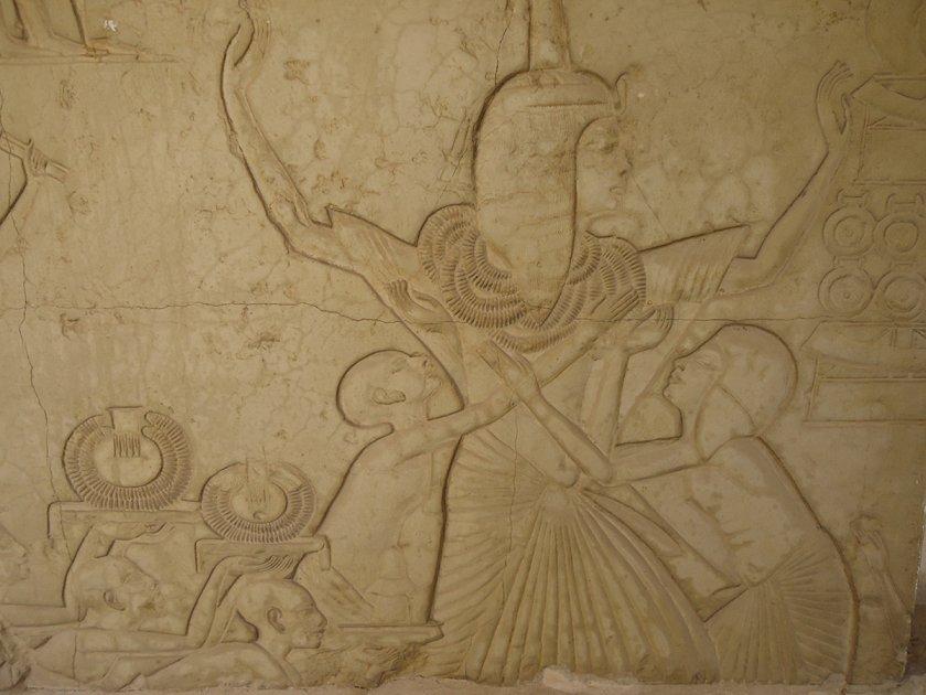 Horemheb avec des colliers d'or représenté sur les mur de la tombe