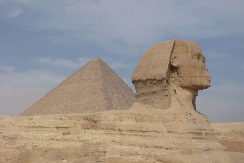 Le sphinx devant la pyramide de Khéops
