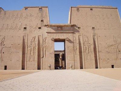 Façade de l'entrée du temple d'Edfu